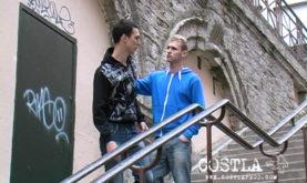 Léo Hélios, la star viole un lycéen, mais bouffe aussi de la foutre.
